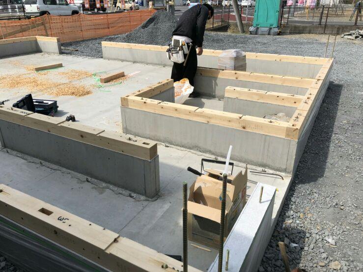 上棟に向け、大工さんが土台敷きにやって来ました。