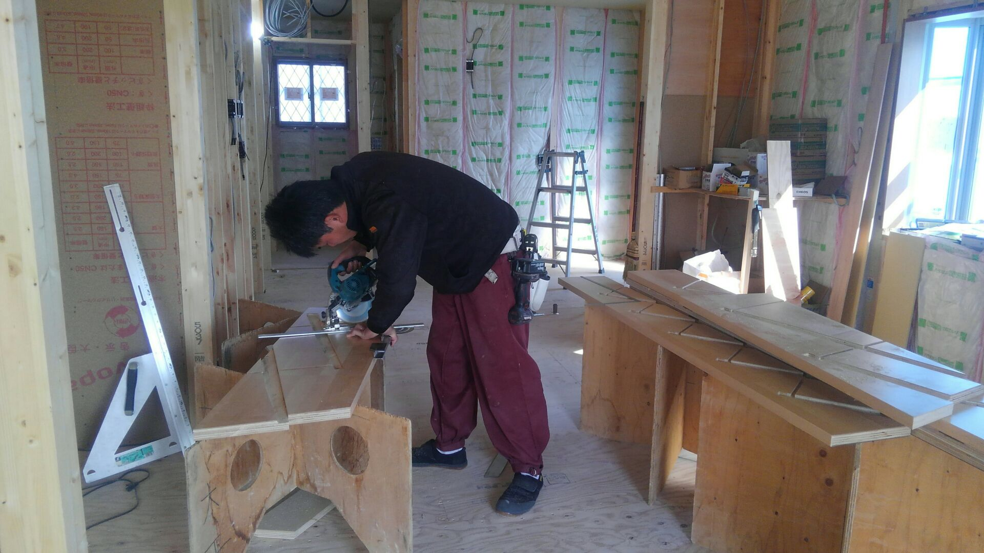 外ではつくしが育つなか、室内では大工さんが階段作りをはじめています。