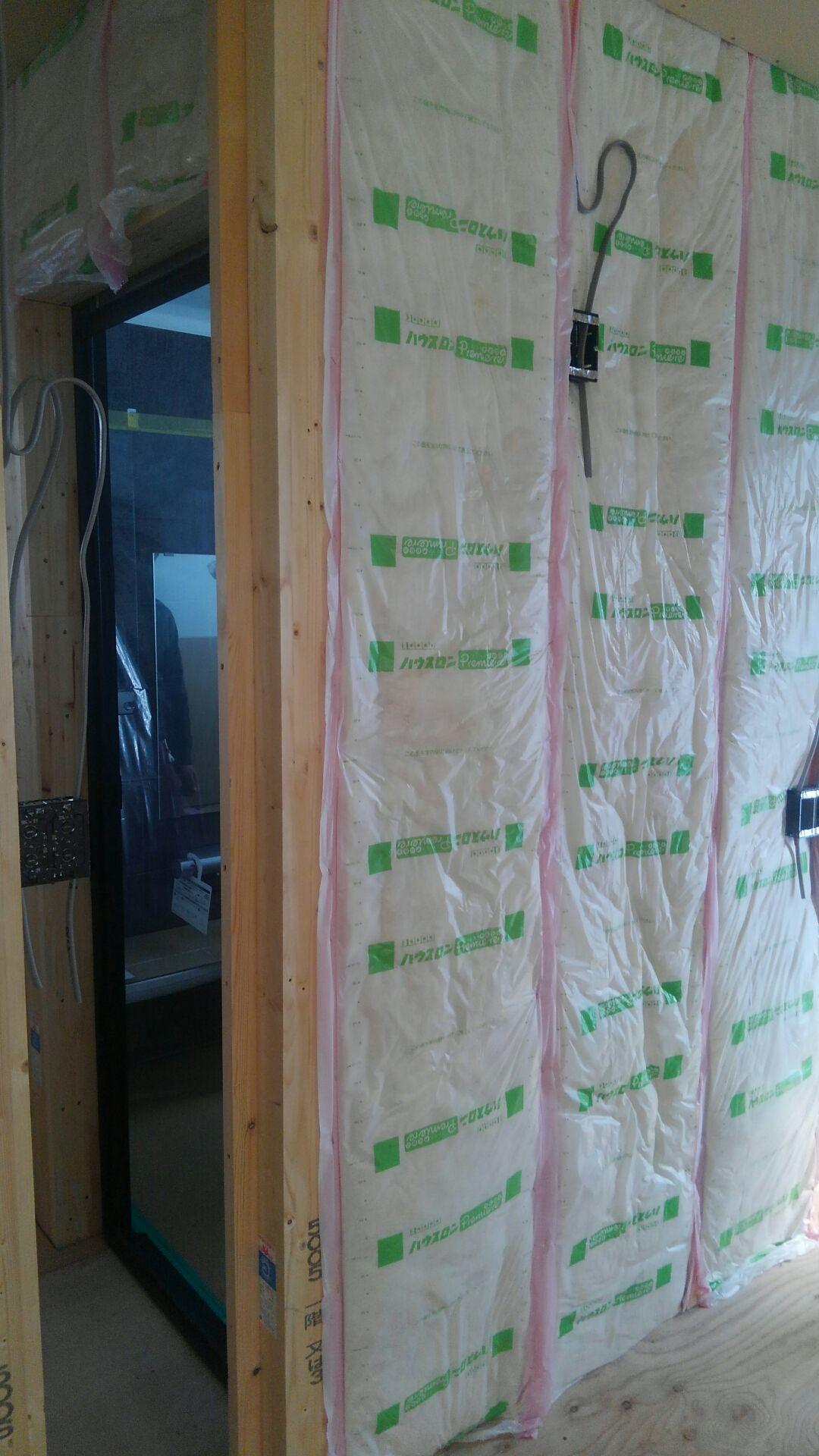 ユニットバスの内側の壁にも、いつも通りに断熱材をキッチリと。 保温力アップです!