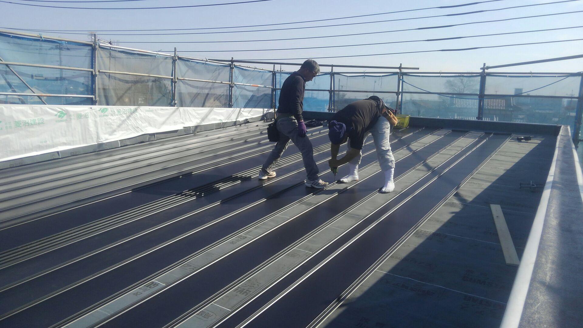 上棟後、屋根工事がはじまりました。 ガルバ二ウムのタテハゼ屋根です。