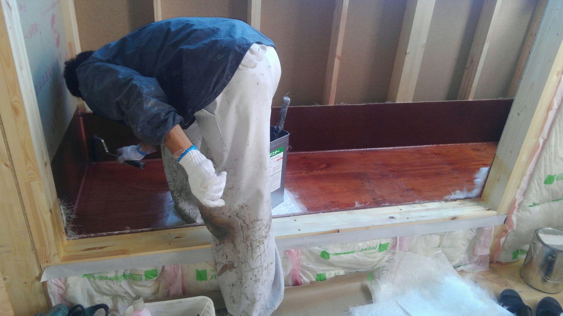 ベランダ防水はFRP防水です。 FRP防水とは、ガラス繊維をFRP(繊維強化プラスチック)の樹脂で塗りこんだ防水のこと。 ツープライ(2層)での施工です。