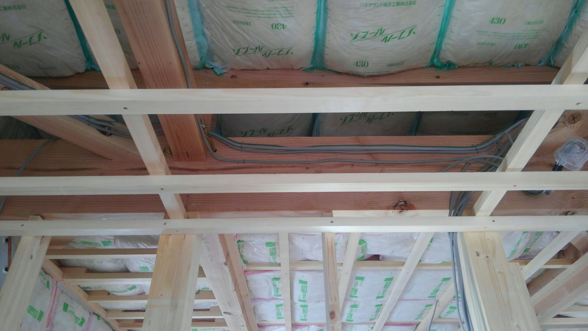 天井野縁組完了です。 天井の断熱材入れもはじまりました。 「暑いぞ熊谷!」に負けぬよう、 断熱材を屋根部に一層、天井野縁の上にも一層で、厚さを2重でブロックします!