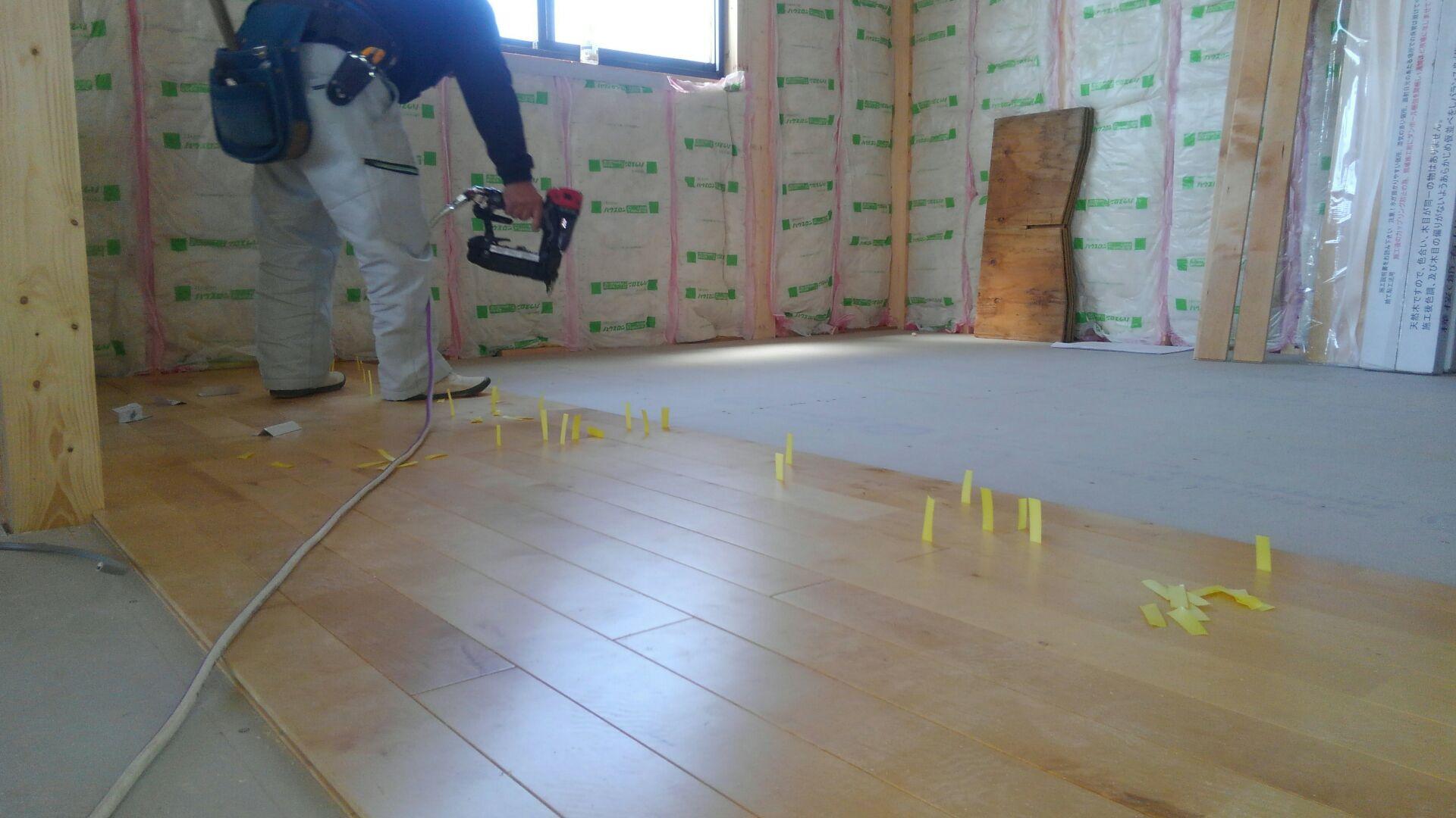 次に床張がはじまります。 お客様のご要望で、無垢の床板「カバ桜」を採用しました。 無垢板を施工する場合 0.3㎜ほど床どおしに隙間をあけて貼りこみます。 そうしないと、梅雨など湿気の多い時期は特に、床板が「そった はったの大騒ぎに」なってしまいます! ちなみに床板に挟んでいるパッキン。通称「ニョロニョロ」。ムーミンに出てくるれいのやつです。 今回は黄色ですけどネ。