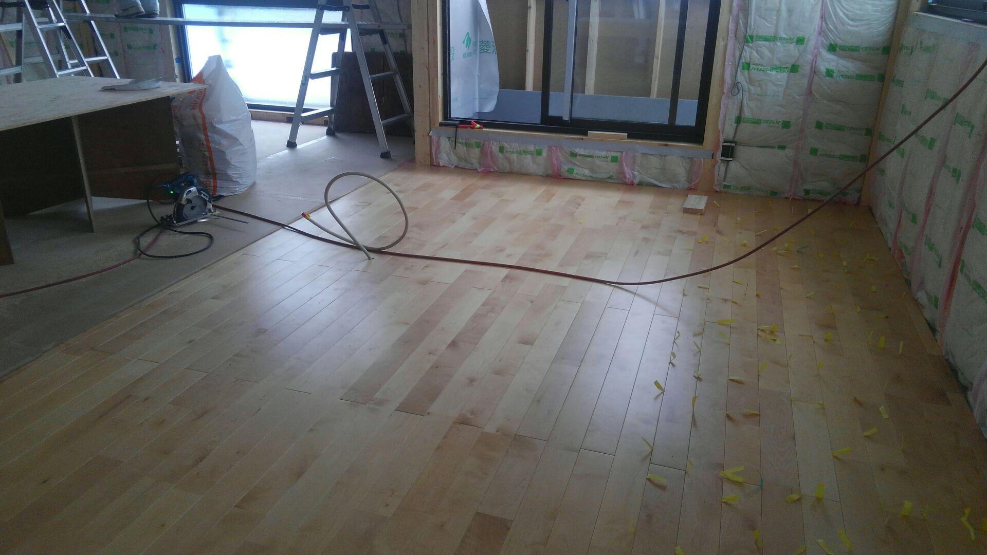 床張が完成です。キレイな仕上がりになりました。 ヤッパリ無垢って、いいものですね。