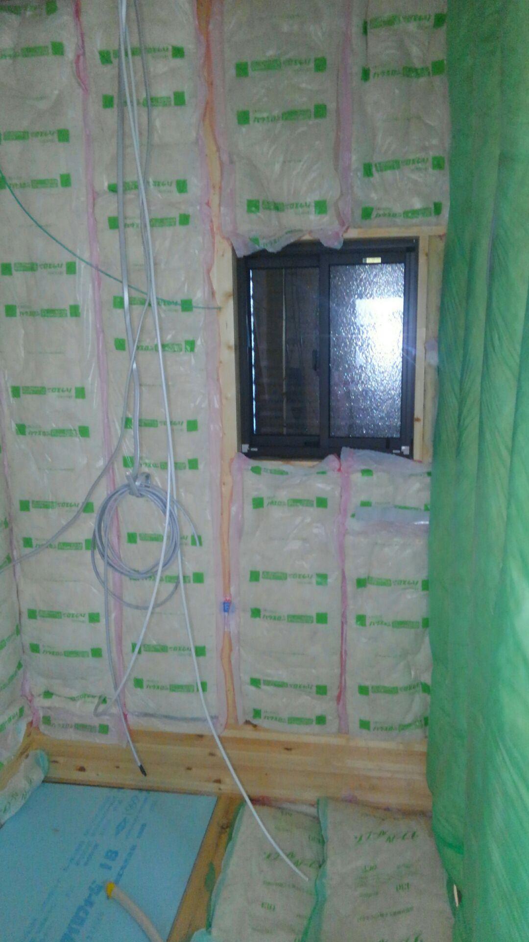 ユニットバスの断熱材もいつも通りにキッチリ。 内側の壁にも施工です。 保温力、高まってます!