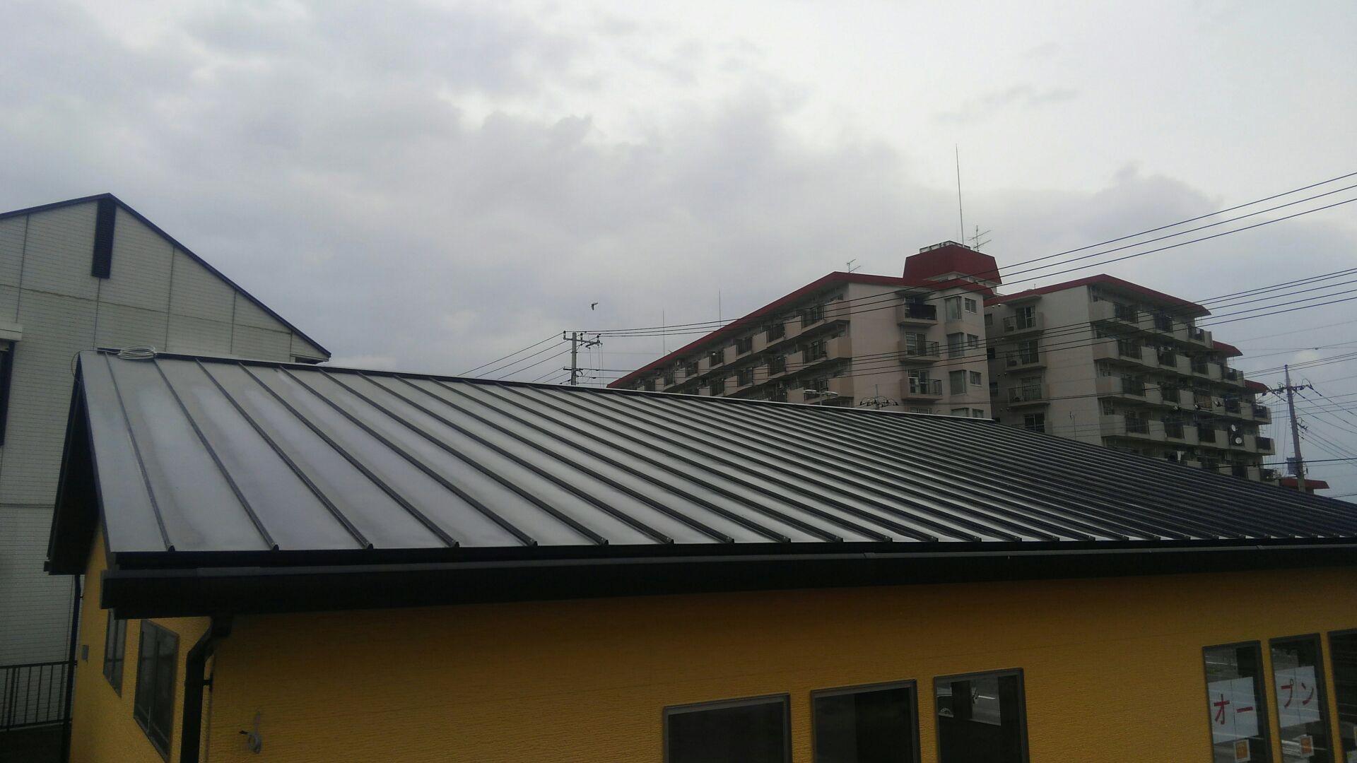 屋根工事もおわりました。 カレー屋さんはガルバ二ウム鋼板のタテハゼ屋根仕様です。 一般住宅にも使われてます。