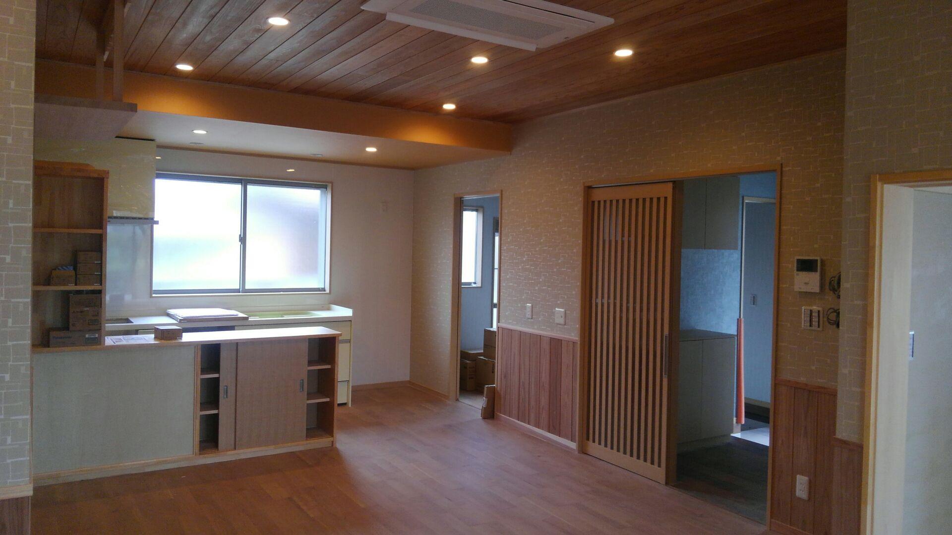 リビング~キッチンの眺め 背面の収納は、お客様と打ち合わせをして大工さんの造作です。