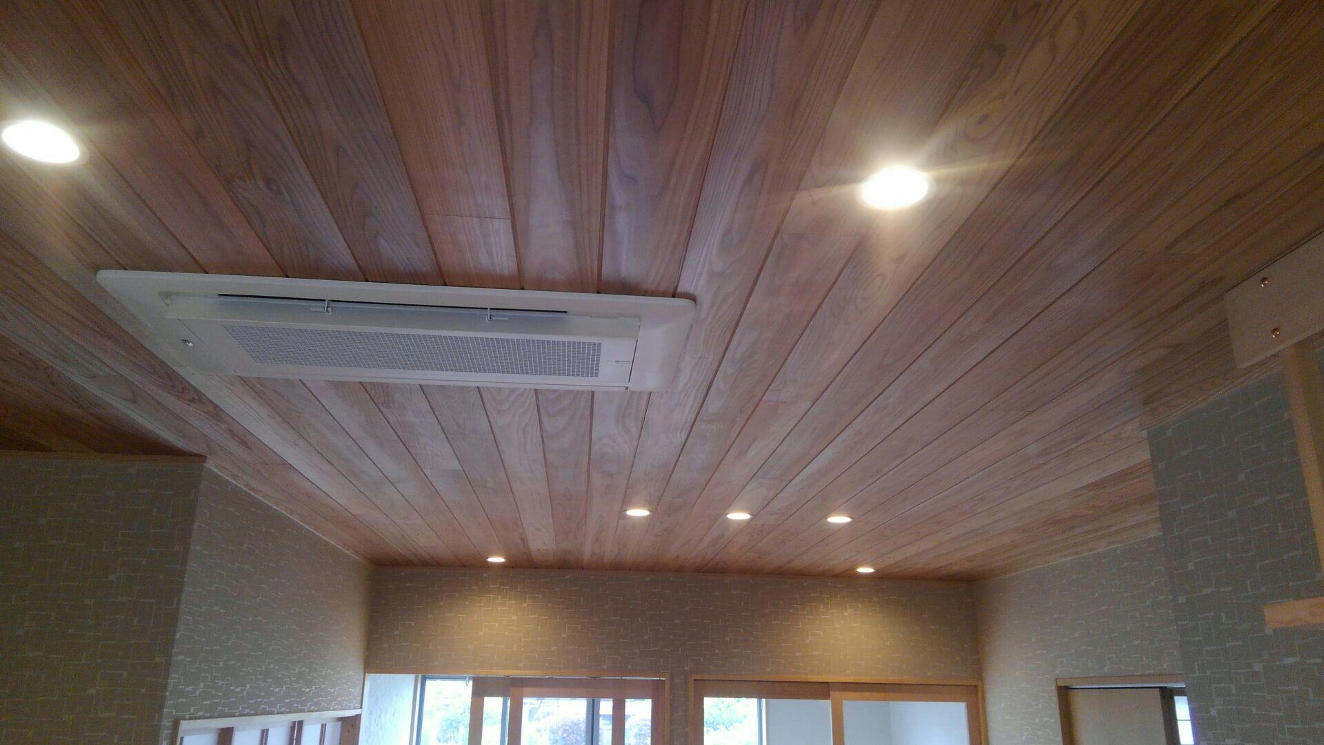 天井も杉の赤無地  ヤッパリ無垢っていいもんですなあ~!