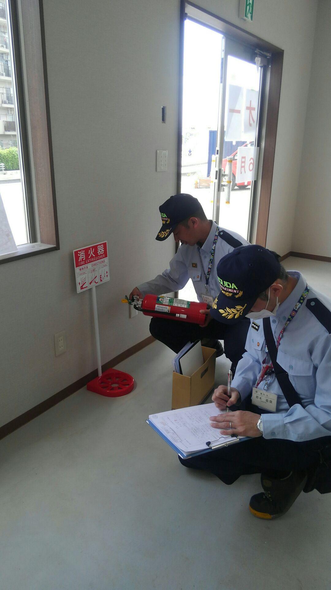 消火器や誘導灯が図面との差異がないか、などしっかり確認。 無事合格! 消防検査済書、いただきました。