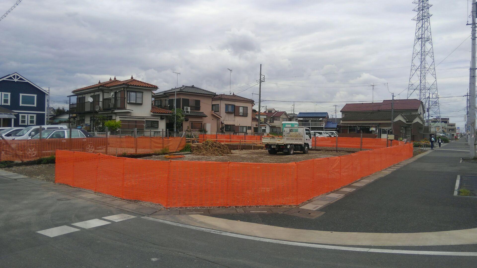 基礎工事のはじまりです。オレンジネットで仮囲い。仮設工事終了です。