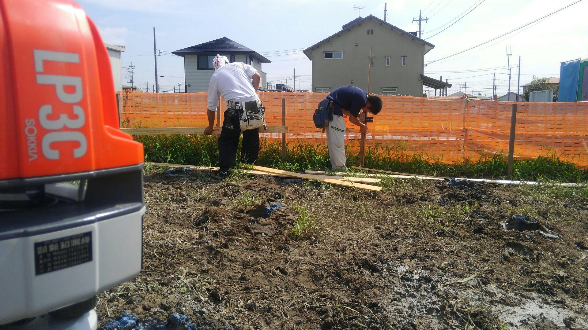 地盤改良工事が終わり、大工さんが丁張に来ました。