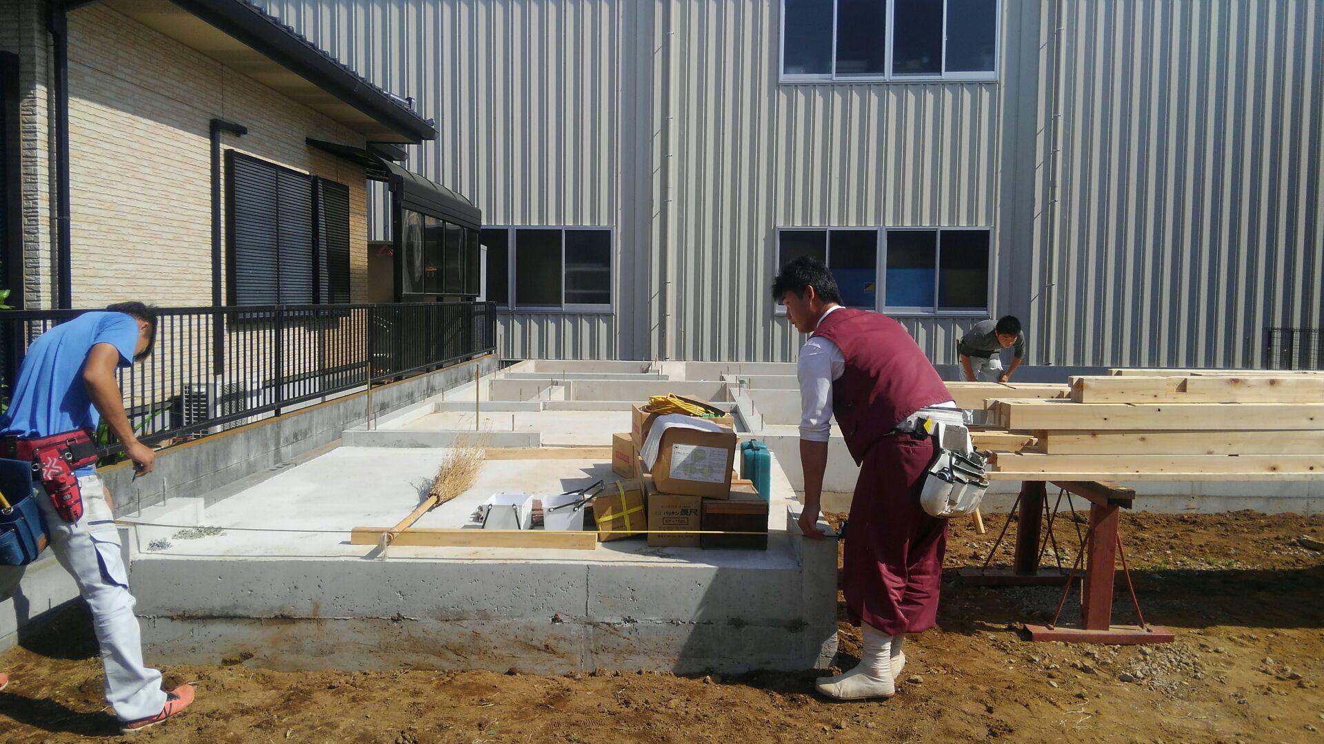 お日柄もよく、大工さん上棟に向け土台敷きに来ました。