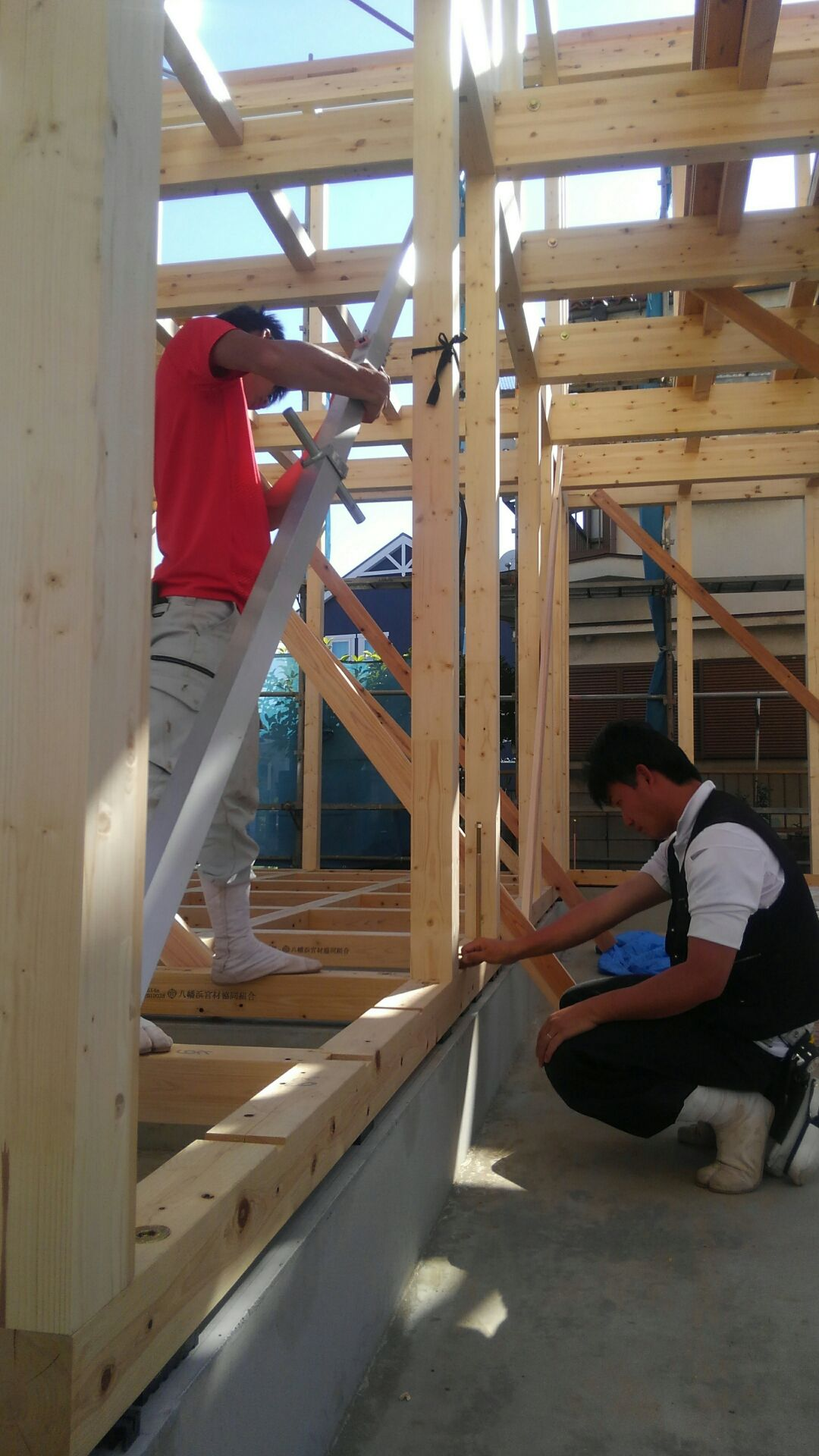 棟上げが終わり、大工さんすかさず歪みつき。