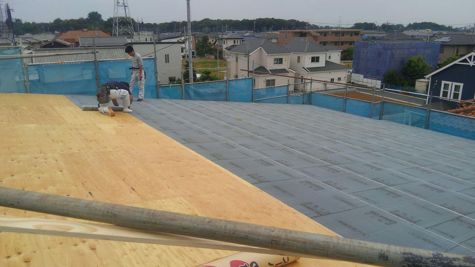 ゴムアスルーヒィングを敷いて、屋根下地が完成です。