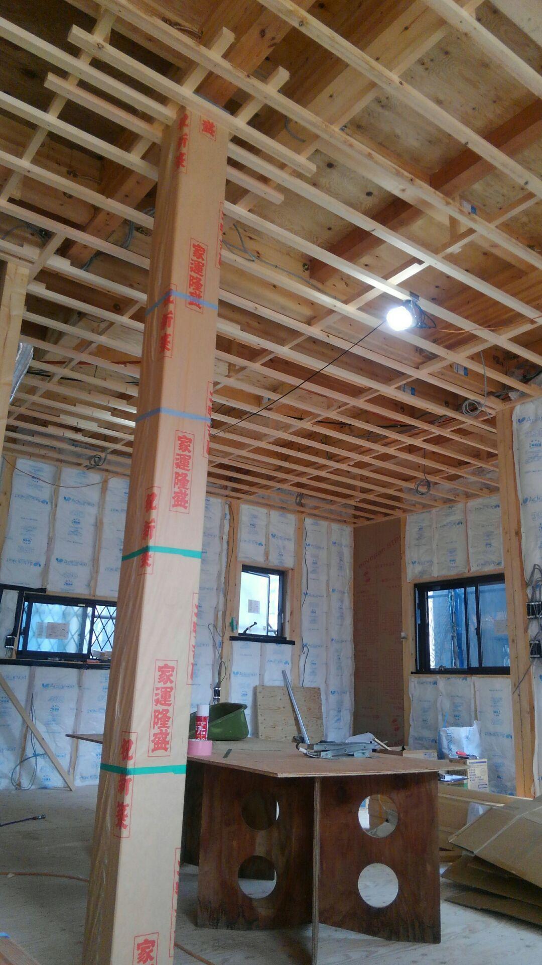 1階のリビング天井完成です。杉無垢アカタ。キレイなしあがりです。