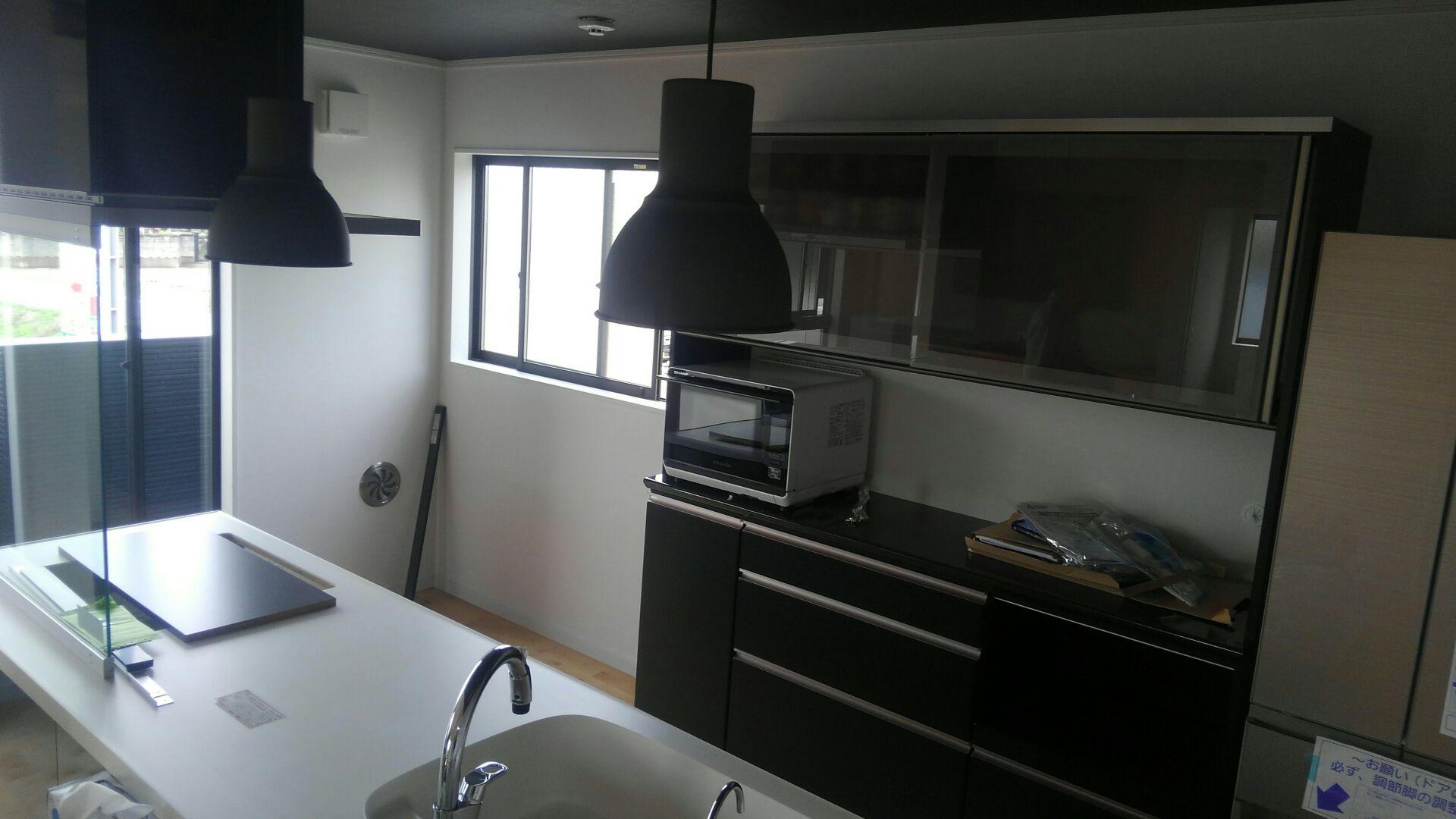 リクシルさんのアイランドキッチン。天井からおりた照明もイイ感じ。