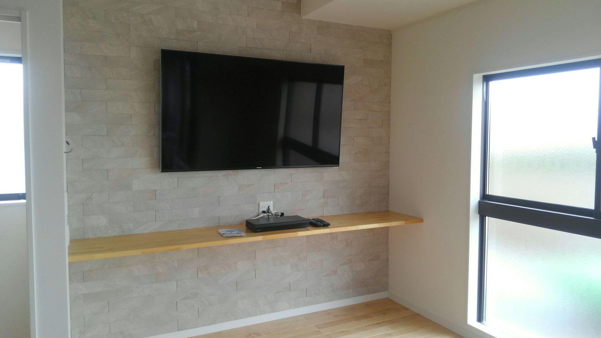 壁掛けTVの壁には、エコカラットをはりました。これってお客様がはったんですよ!キレイな仕上がりでビックリです!