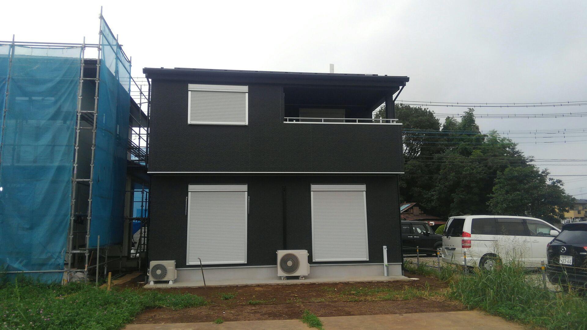 そして、建物全貌がお披露目です!黒を基調としたたたずまい。シブイ!M様邸お引渡しです。