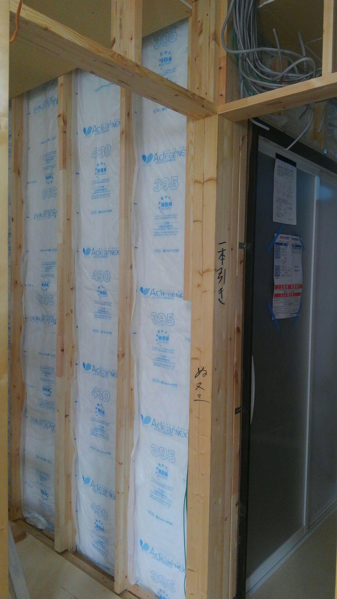 建物の中では、断熱材入れをはじめています。