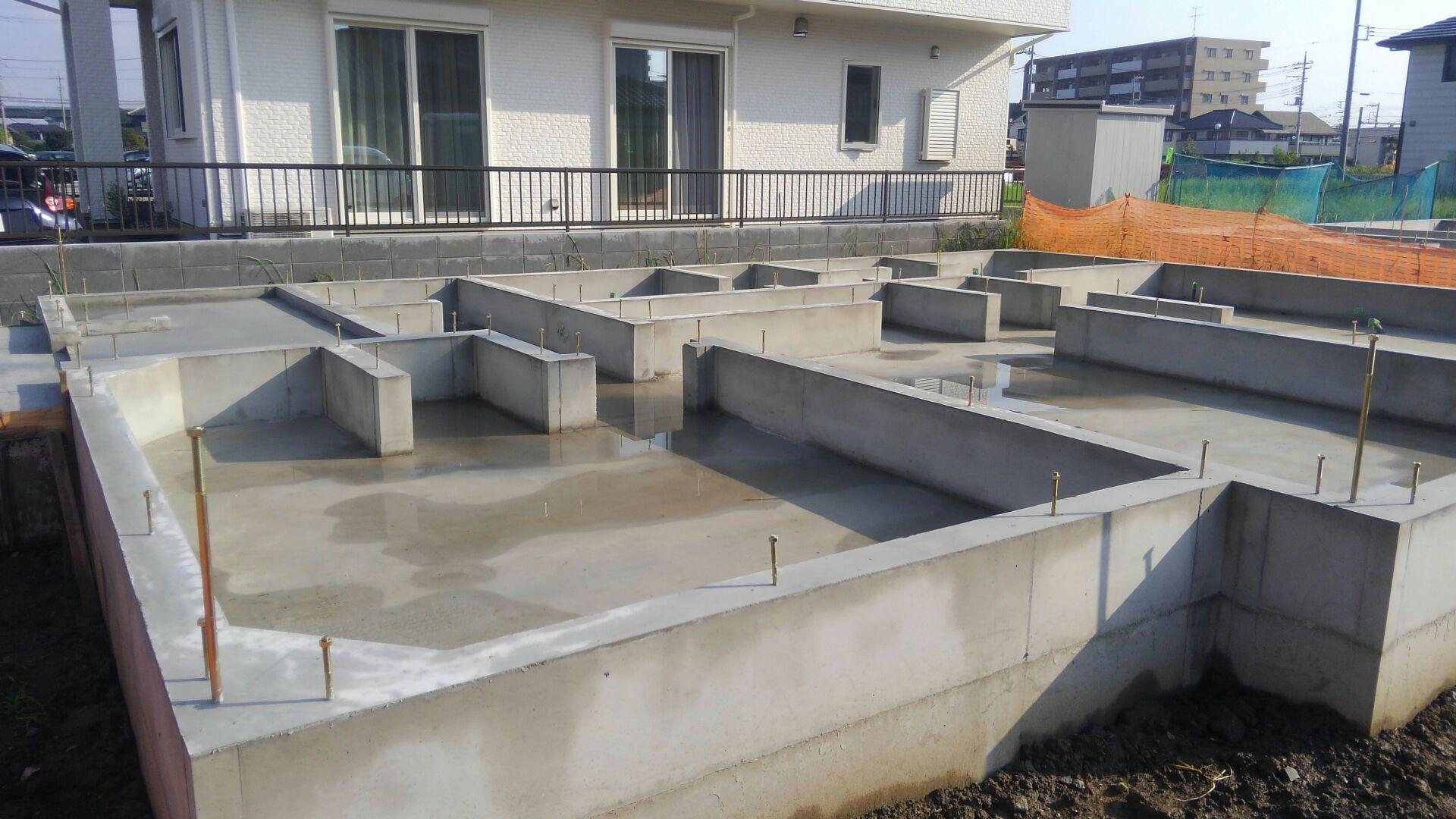 そして基礎工事が終わり、大工さんが土台敷きに来ました。