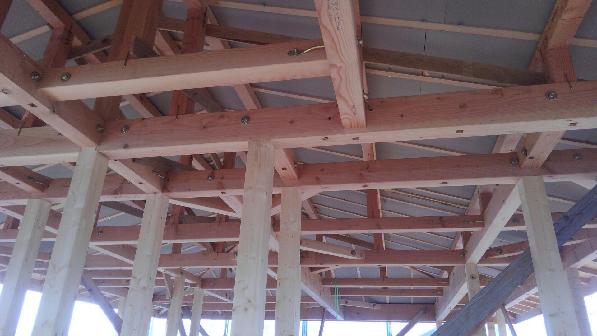 屋根の垂木と垂木の間に断熱材を施工しています。
