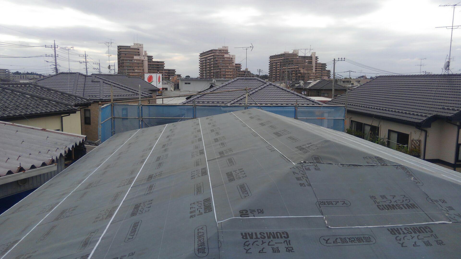 野地板(のじいた)を垂木に打ち付け ゴムアスルーフィングを敷いて屋根下地完成です。