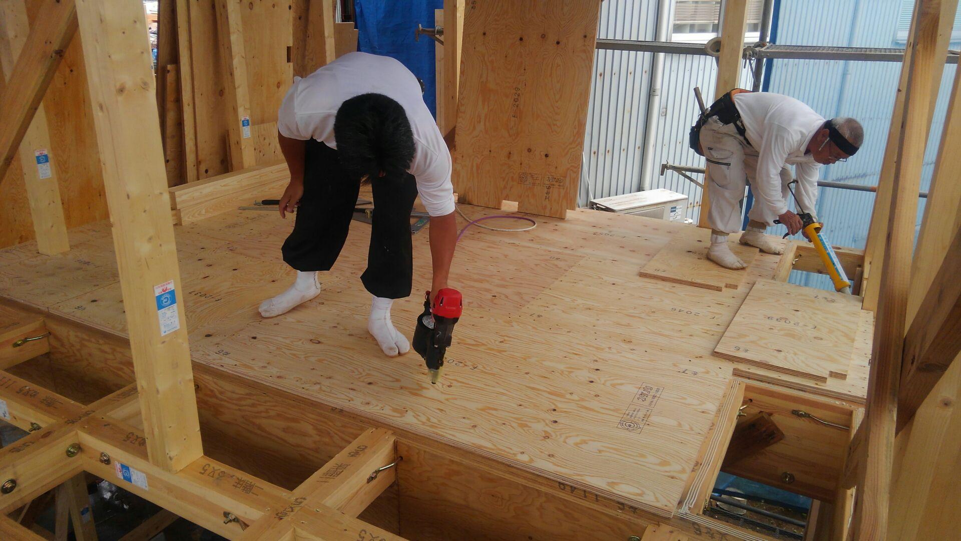 屋根下地が終わって、大工さん2階の床下地をはじめました。