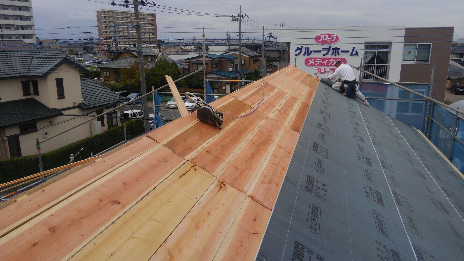 下地材はザラ板(杉の無垢)を使います。