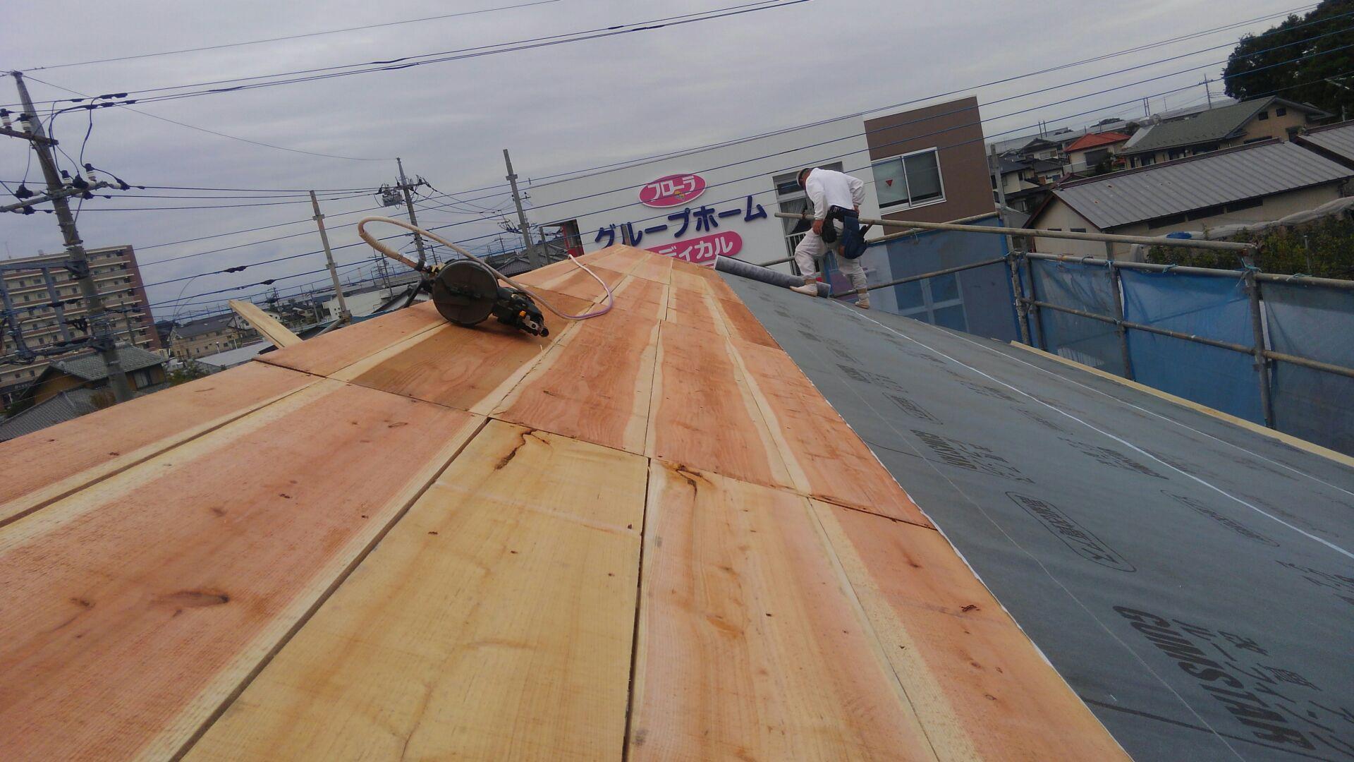 ザラ板は、木裏を上に施工です。