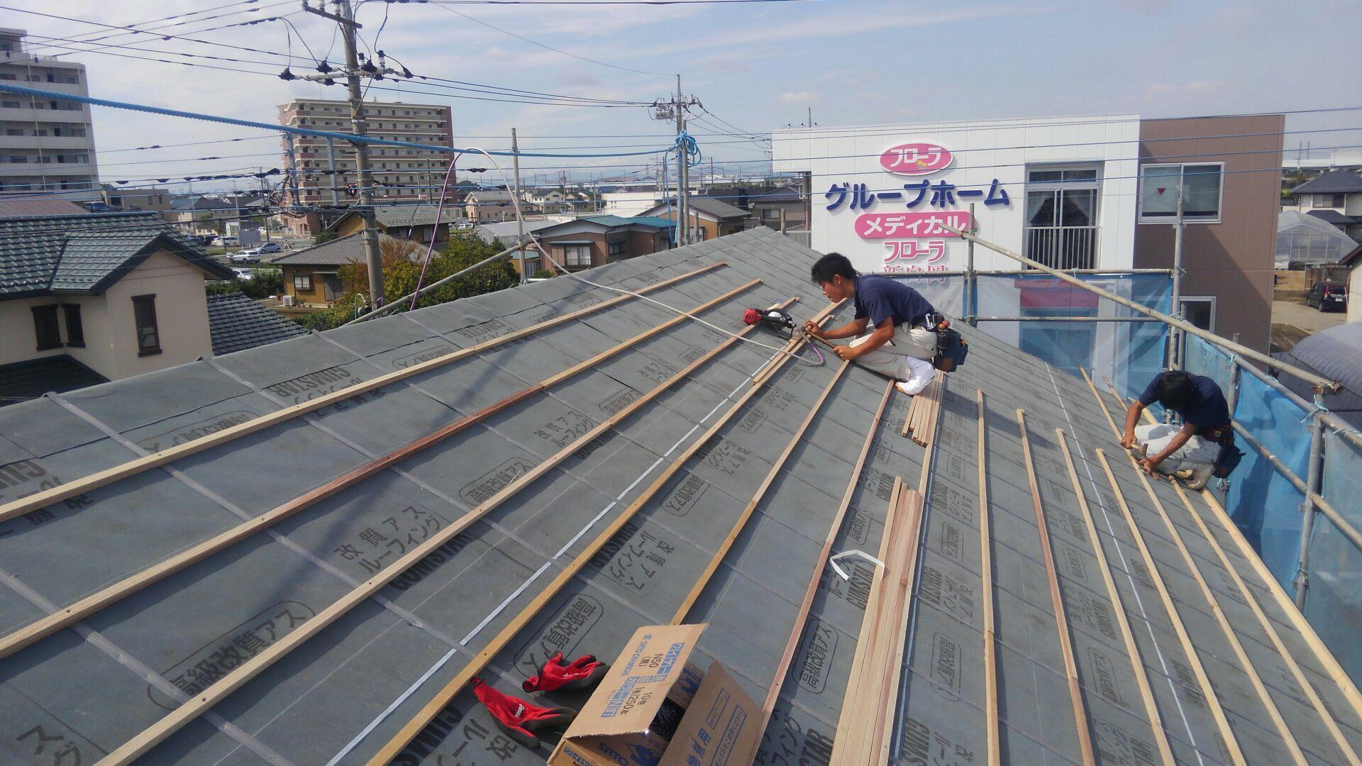 大工さんが瓦の引掛け桟、瓦桟の施工中です。