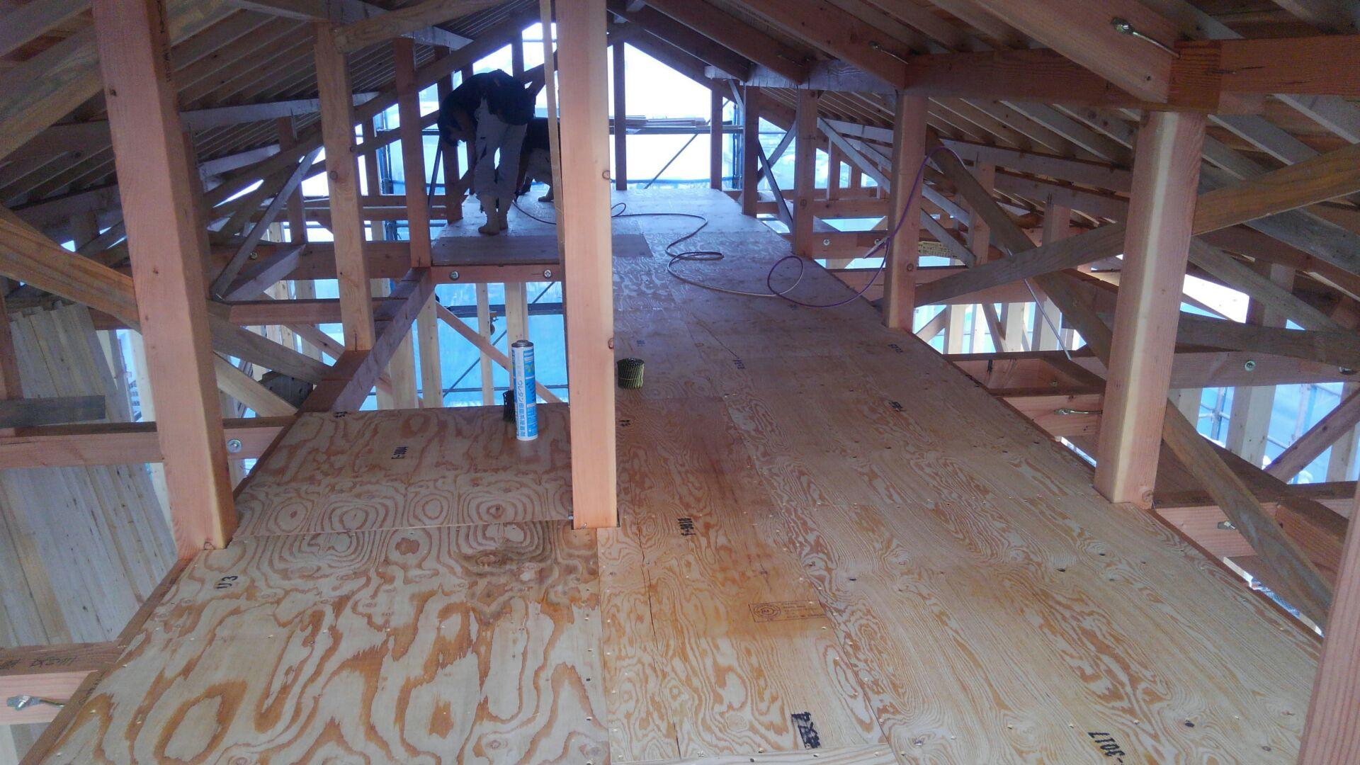 小屋裏の床下地(2階と同じ工程です。)も完成しました。