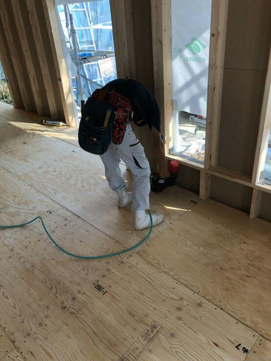 床下断熱材を入れて、24mmの合板をならべて施工。