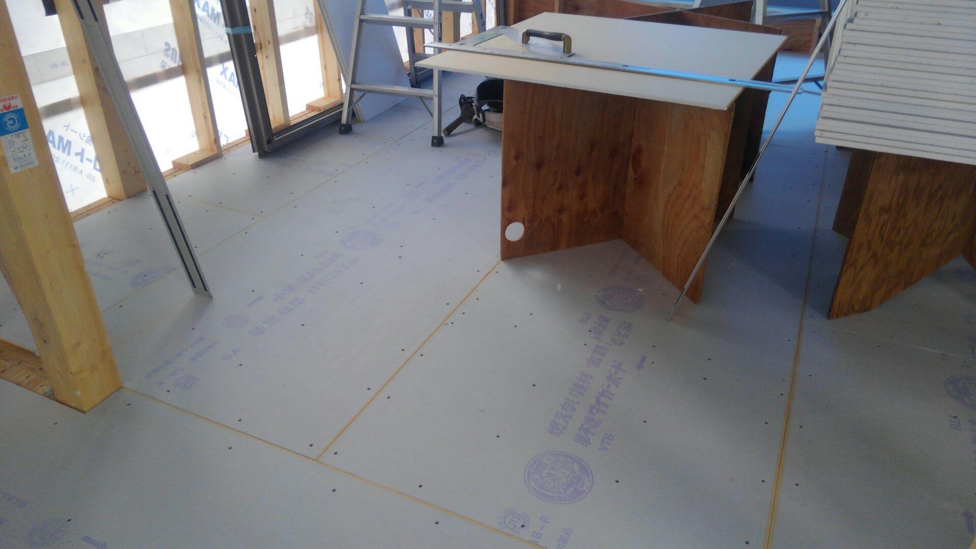 2階の床下地には、24mmの合板の上にボードをしきつめます。