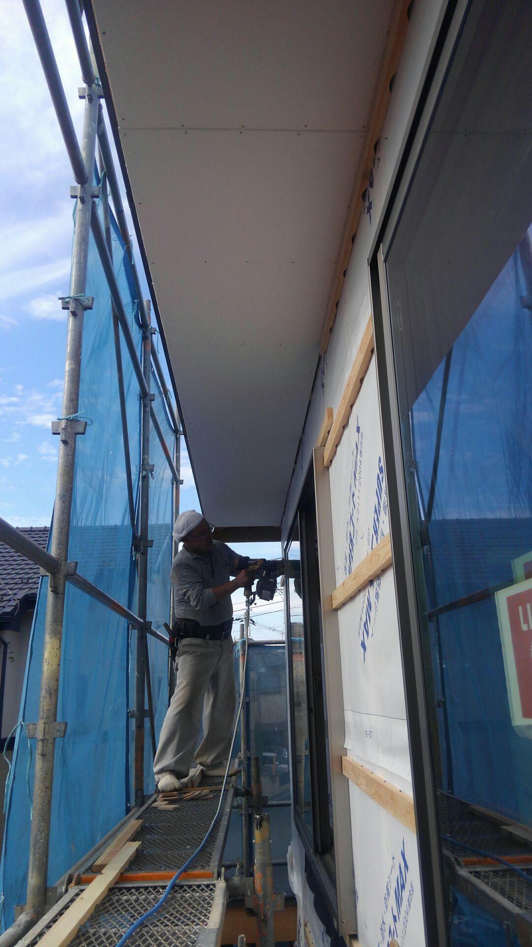 大工さんが外壁下地の通気胴縁施工中。